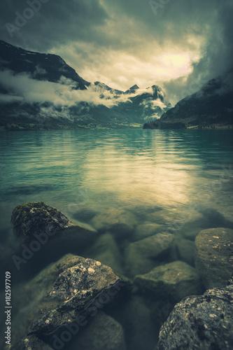 Foto op Aluminium Beige Norwegen See mit Berge und Wolken
