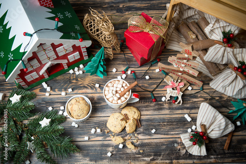 Papiers peints Chocolat Hot chocolate with marshmallows on christmas decorated wooden table