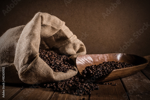 Keuken foto achterwand Koffiebonen Coffee beans on grunge background