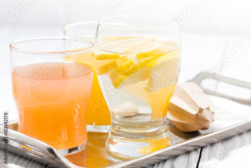 Poster Sap fresh citrus juice and water with lemon, closeup