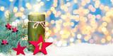 Erster Advent, Adventsdekoration, Kerze und Sterne im Schnee vor Bokeh - 182660361