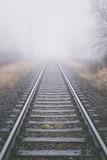 Endlose Gleise im Nebel - 182666520