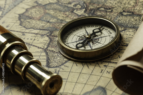 Obraz na płótnie Retro compass with old map and spyglass