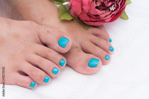 Foto op Plexiglas Manicure Awesome pedicure, women's feet. Colorful and stylish design.