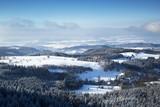 Wioska Pasterka u podnóża szczytu Szczeliniec Wielki zimą