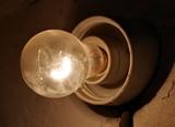 świecąca żarówka - 182735510