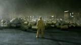 Arbeiter steht vor Fässern mit Atommüll - 182742709