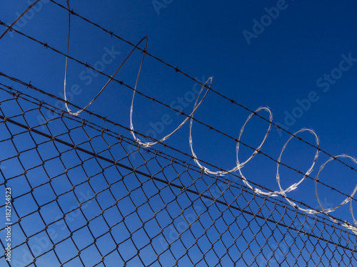 In de dag Las Vegas Femce with barb wire close up shot