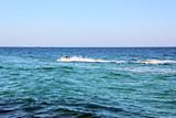 Лето, море, пляжи, волнение и брызги