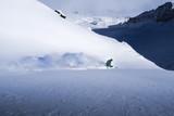Freerider fährt Ski im Tiefschnee - 182764118