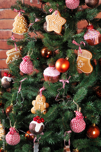 Deurstickers Baksteen muur Christmas tree decorated with ginger cookies of different shapes background