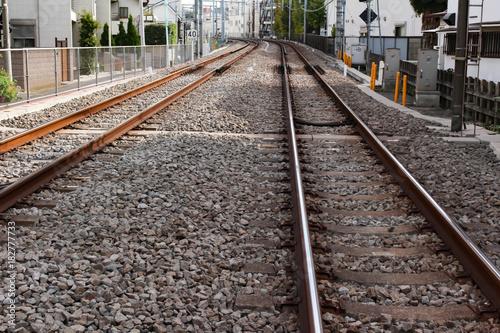 Fotobehang Spoorlijn 街を走る電車の線路