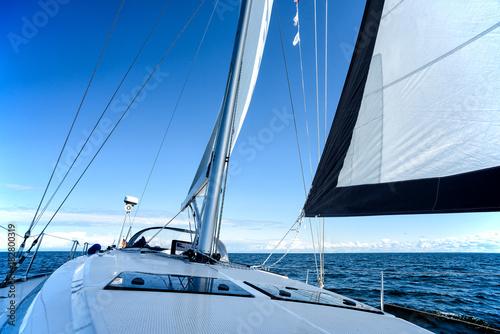 Segelboot auf dem Meer Poster