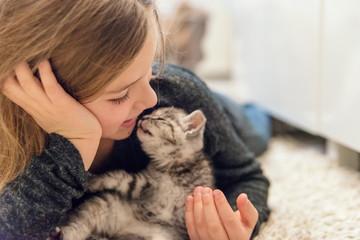 Mädchen mit baby katze