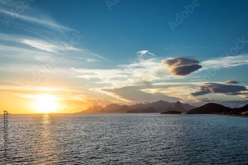 Staande foto Zee zonsondergang Nuvens sobre o Rio