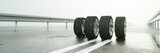 Reifen auf nasser Straße bei Regen Wetter - 182831387
