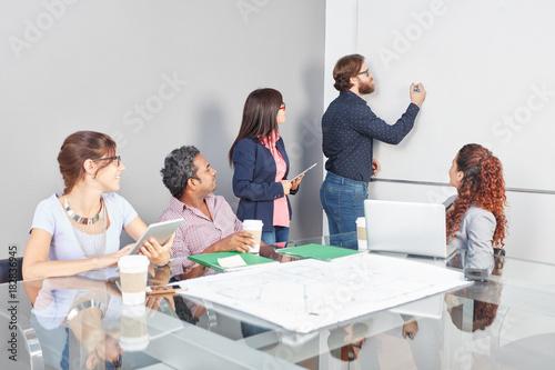 Mann in Business Meeting schreibt an Whiteboard