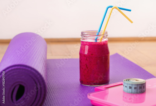 Aluminium School de yoga Smoothie, scale and measuring tape on yoga mat