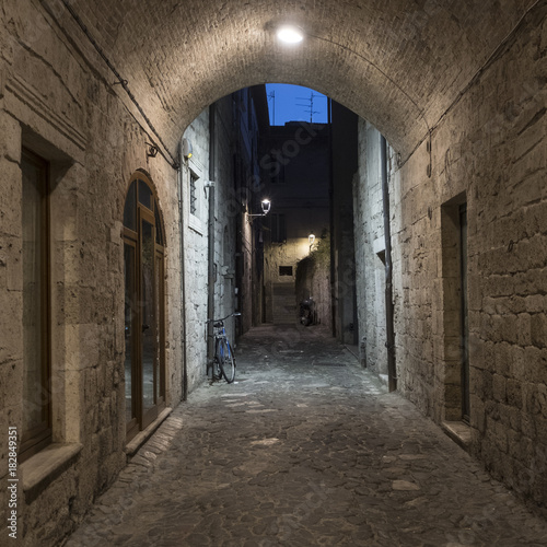 Deurstickers Smal steegje Ascoli Piceno (Marches, Italy), alley by night