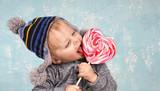 Süßigkeiten essen - 182862303