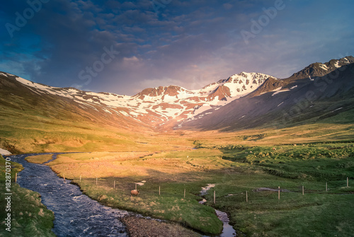 Keuken foto achterwand Nachtblauw iceland: panorama of a river crossing the landscape