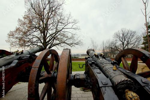 Dwie armaty ustawione na Jasnej Górze wymierzone w kierunku Częstochowy - historyczna obrona klasztoru