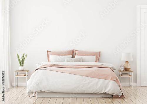 Lekkie, słodkie i przytulne wnętrze sypialni domu z unmade łóżko, różowy pled i poduszki na tle pustej białej ściany. Renderowania 3D.