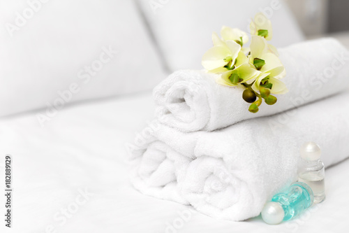 In de dag Bali Stack of towels with flower decor in a hotel room