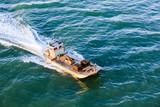 chaland rentrant de la marée avec le plein d'huitre pour les fêtes de fin d'année - 182945384