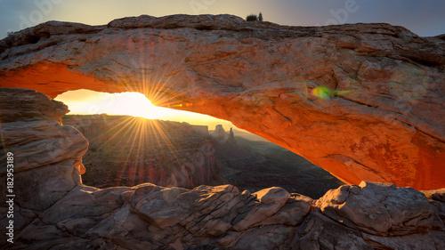 Fotobehang Diepbruine Mesa Arch, Sunrise, Canyonlands National Park, Utah.