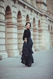 девушка фламенко танцует , размахивает платьем