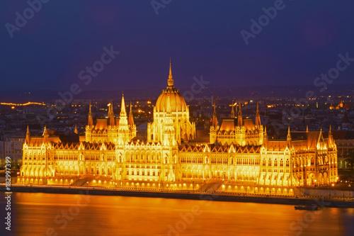 In de dag Boedapest Fotografía del Parlamento de Budapest con larga exposición