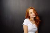portrait einer schönen frau mit langen, roten haaren - 183002558