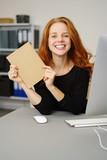 designerin im büro zeigt eine leere seite  - 183003756