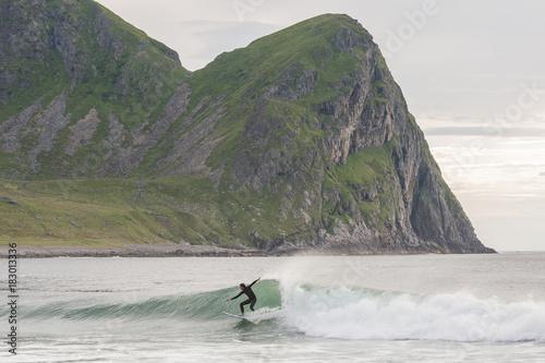 Deurstickers Khaki Surfing in lofoten