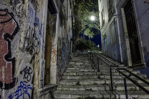 Staande foto Smal steegje Alfama, Lissabon, Portugal