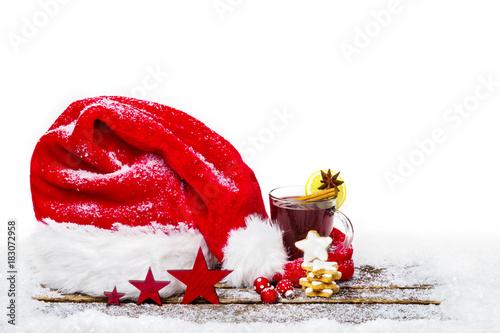 Weihnachtsdekoration, Weihnachtsmütze, Glühwein und Zimtsterne auf Holz, isoliert - 183072958