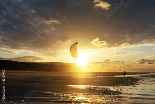 Deurstickers Zee zonsondergang kitesurfeur au coucher du soleil