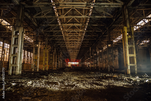 Aluminium Gebouw in Puin Night at large abandoned industrial hall with garbage. Voronezh excavator manufacturing factory