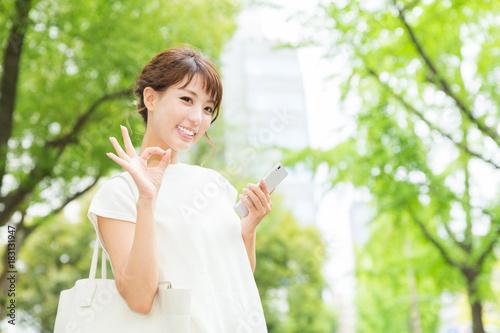 Plakát スマートフォンを見る女性