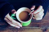 マグカップを持つ手 - 183134716