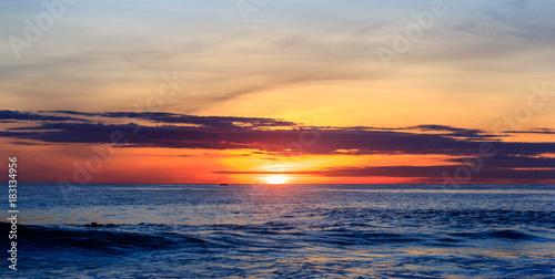 Staande foto Zee zonsondergang Sunrise over pacific ocean