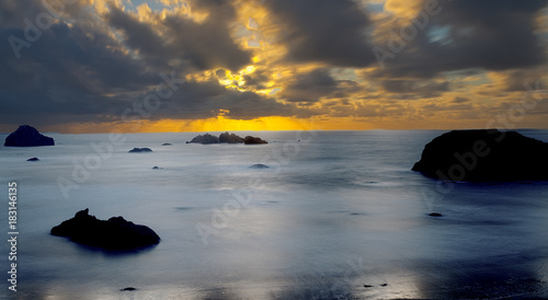 Fotobehang Zee zonsondergang Sunset at Face Rock - Bandon, Oregon