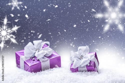 Purpurowy boże narodzenie prezenta śnieg i abstrakcjonistyczny śnieżny tło