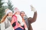 Familie macht Selfie mit dem Smartphone - 183179944