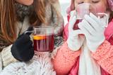 Durstiges Kind trinkt eine Tasse Tee - 183179961