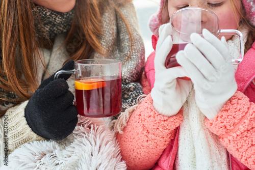 Fototapeta Durstiges Kind trinkt eine Tasse Tee