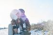 Paar macht Spaziergang im Winter