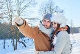 Glückliches Paar umarmt sich Winter - 183180170