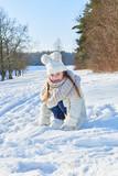 Mädchen spielt glücklich im Schnee - 183180177